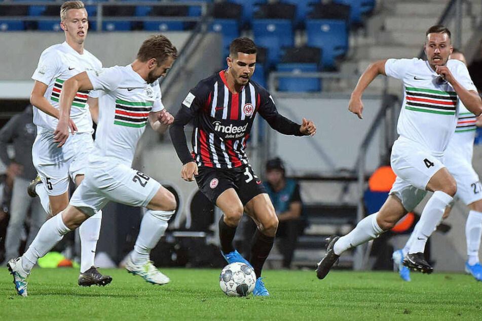 Neuzugang André Silva setzt zum Sprint an, Chemies Kicker versuchen die Leihgabe des AC Mailand zu stoppen.