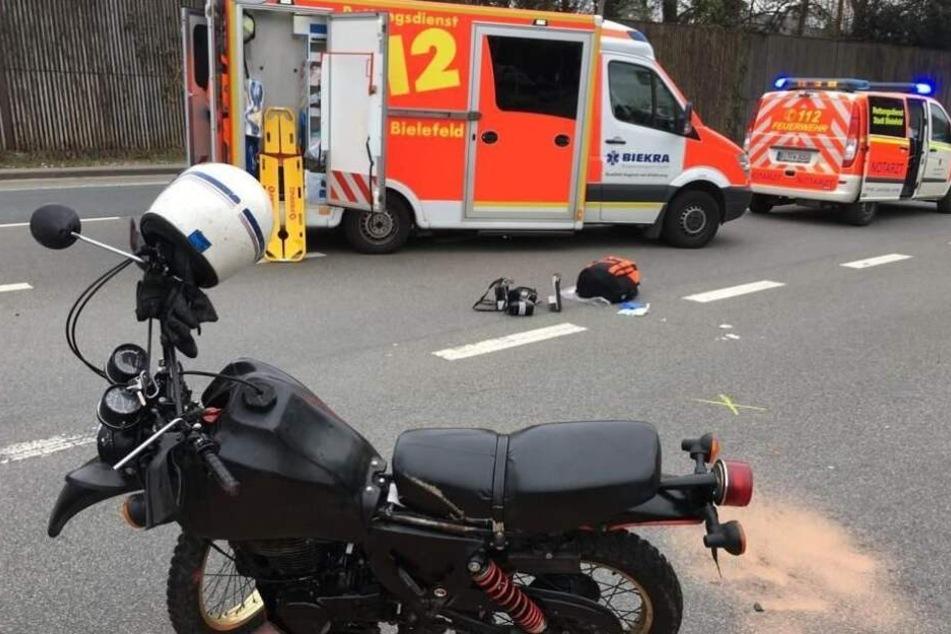 Schwerer Kreuzungs-Crash: Biker kracht gegen Auto und schleudert auf Fahrbahn