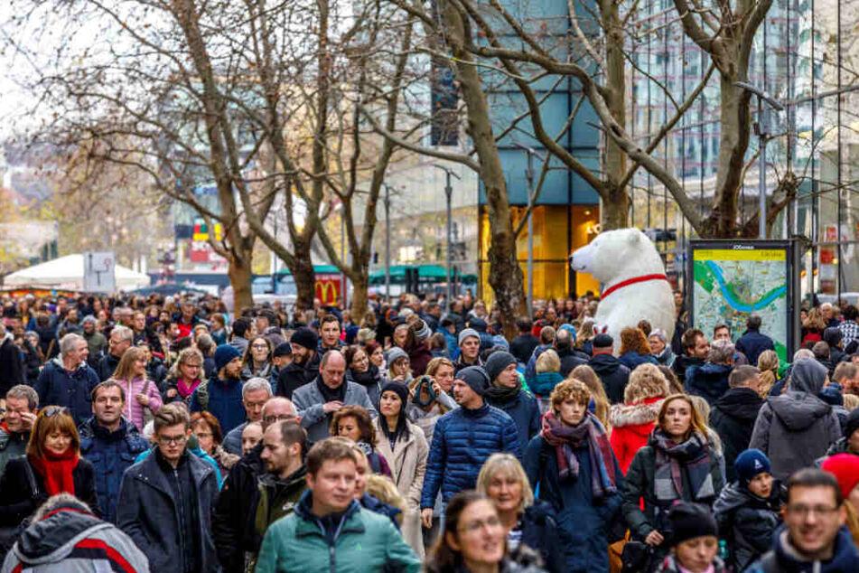 Die Prager Straße war am letzten Adventssamstag voll. Doch scheinbar gehen nicht alle einkaufen.