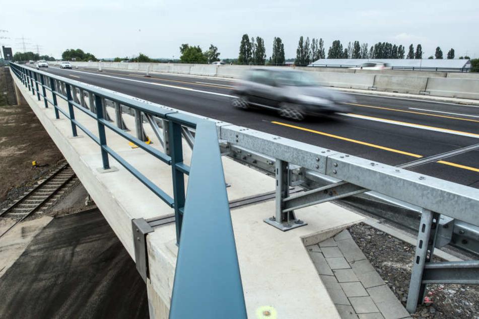 Autos fahren über die neue Brücke.