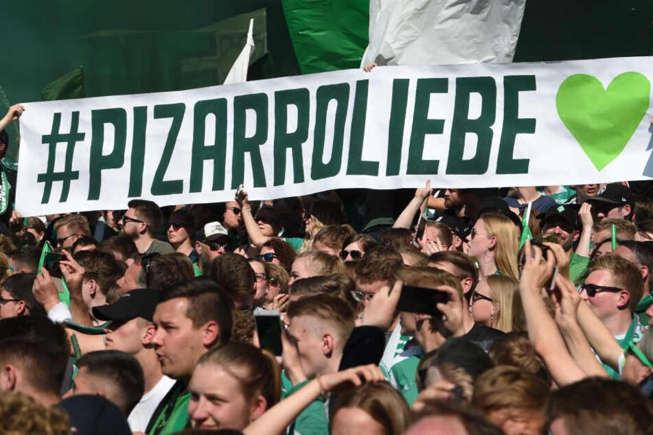Fans halten einen Banner mit #Pizarroliebe hoch. Der 40-jährige Bundesliga-Oldie hat seinen Vertrag noch einmal um ein Jahr verlängert.