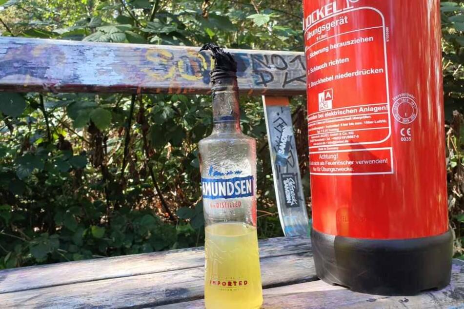 Diese zu einem gefährlichen Molotow-Cocktail umfunktionierte und offensichtlich angezündete Wodkaflasche wurde am Brandort gefunden.
