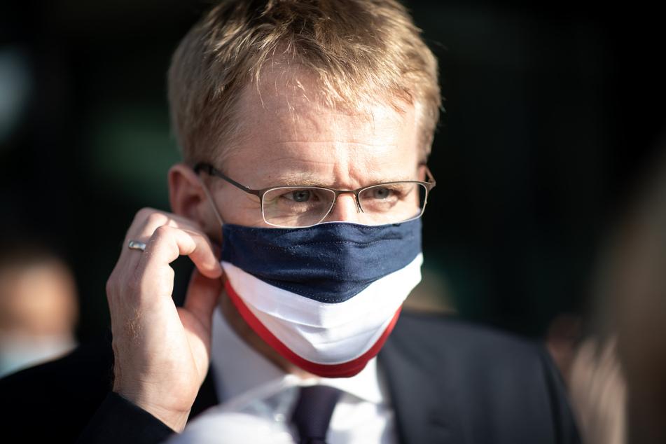 Daniel Günther (CDU), Ministerpräsident von Schleswig-Holstein, trägt einen Mundschutz in den Farben von Schleswig-Holstein.