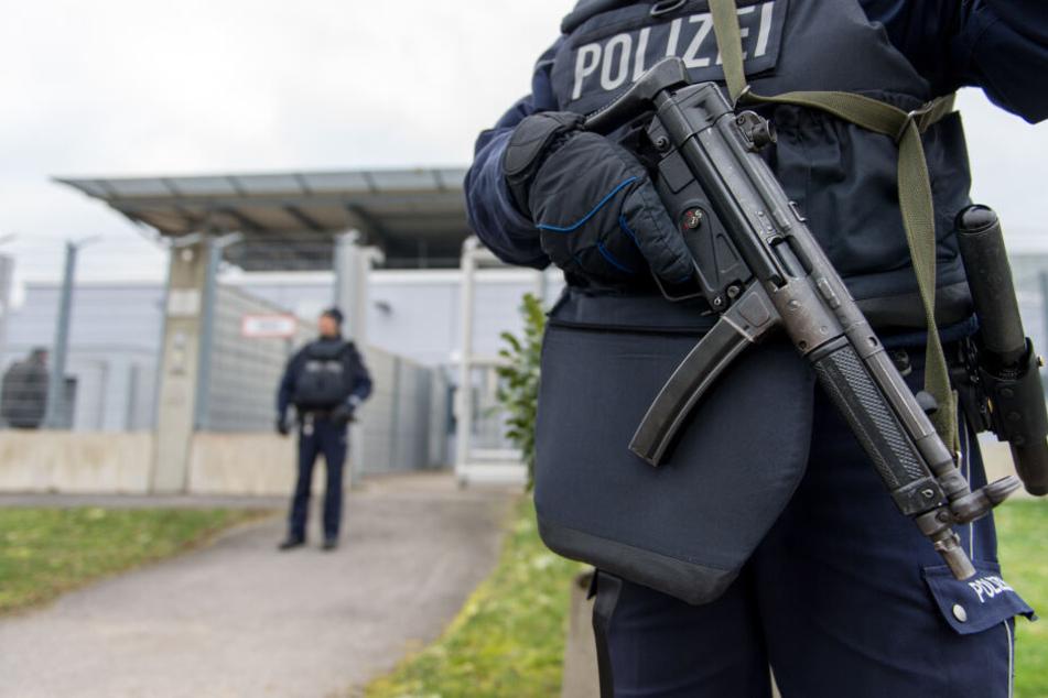 Bewaffnete Polizisten sichern das Hochsicherheitsgebäude des Oberlandesgerichtes in Düsseldorf (Archivbild).