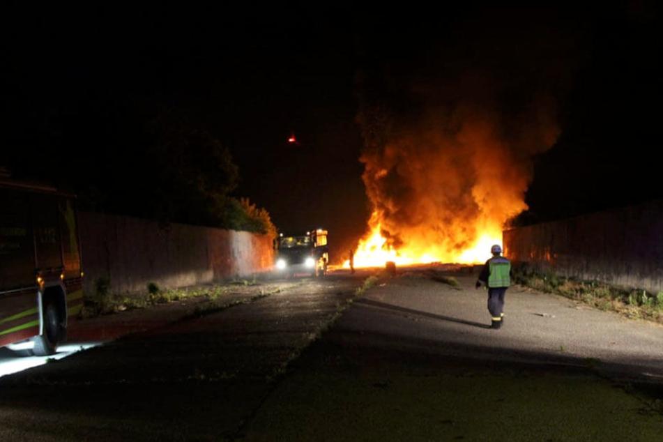 Feuerwehr will Tonnen brennende Reifen löschen, doch Flammen lodern immer wieder auf