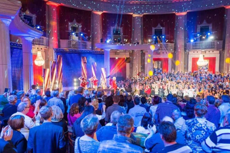 Viele Lichter und Discokugeln: Der Eventpalast in Leipzig bot den Schlagerkünstlern eine schillernde Location.