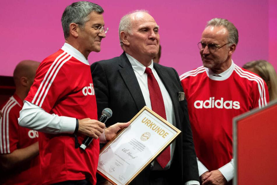 Herbert Hainer, neuer Präsident des FC Bayern (l) und Karl-Heinz Rummenigge (r), Vorstandsvorsitzender der FC Bayern München AG, ernnen Uli Hoeneß zum Ehrenpräsidenten.