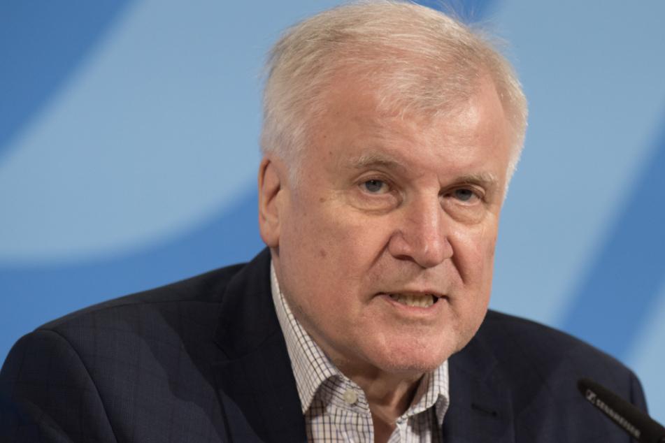 Bundesinnenminister Horst Seehofer (70, CSU) verkündete am Sonntagabend in Berlin die Grenzschließungen.