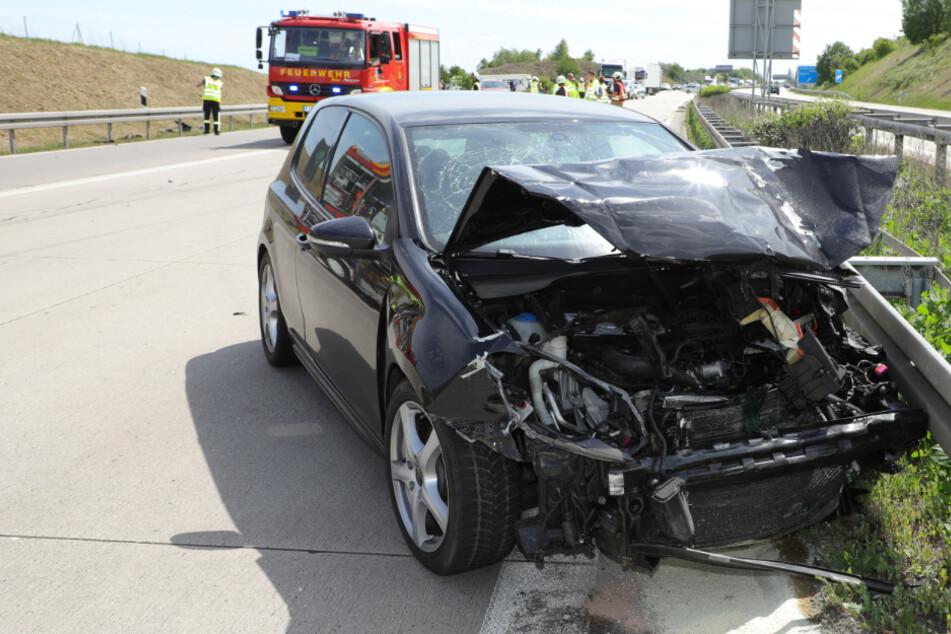 Unfall A17: Unfall mit Totalschaden: Drei Personen nach Kollision auf der A17 verletzt