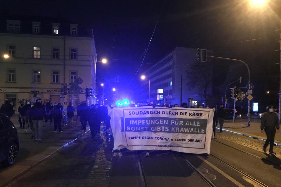 Rund 80 Protestierende trafen sich am Samstagabend in der Neustadt zu einer spontanen Demo gegen die Corona-Politik der Bundesregierung.