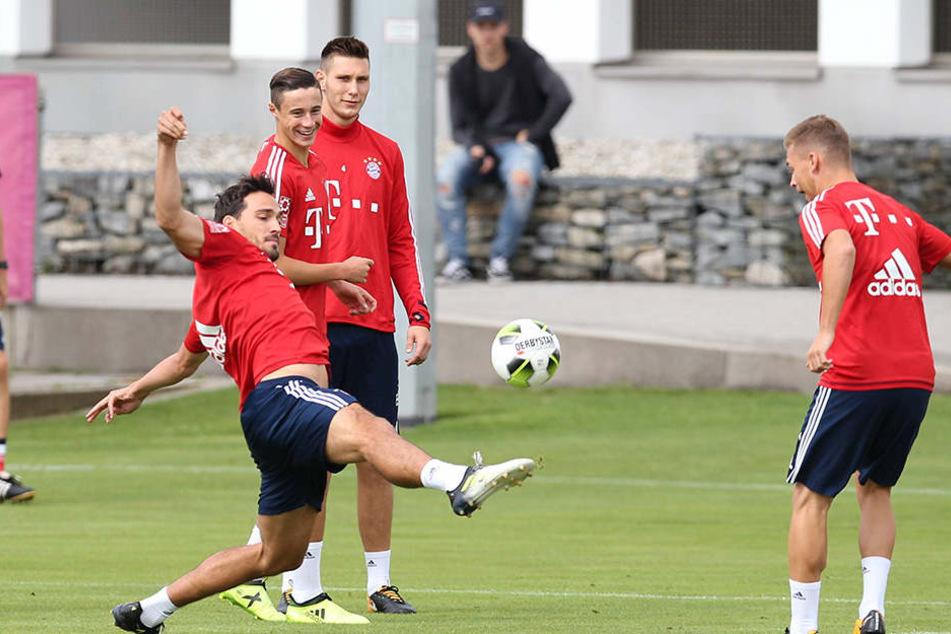Auch die Bayern-Nationalspieler Mats Hummels (l.) und Joshua Kimmich (r.) konnten sich schon mal an jenen Ball gewöhnen, mit dem in Chemnitz gespielt wird.