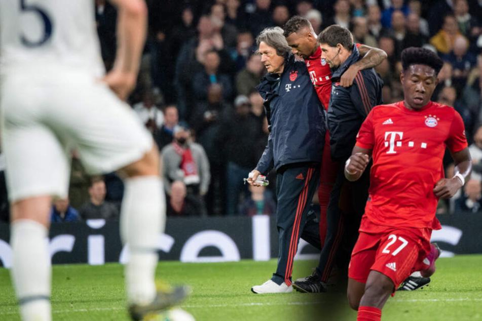 Jerome Boateng vom FC Bayern München wird von den Mannschaftsärzten vom Spielfeld begleitet, auch David Alaba (r) hat sich im Spiel gegen Tottenham verletzt. (Bildmontage)