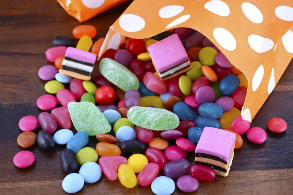 Der Senior gab Süßigkeiten statt Bargeld heraus.