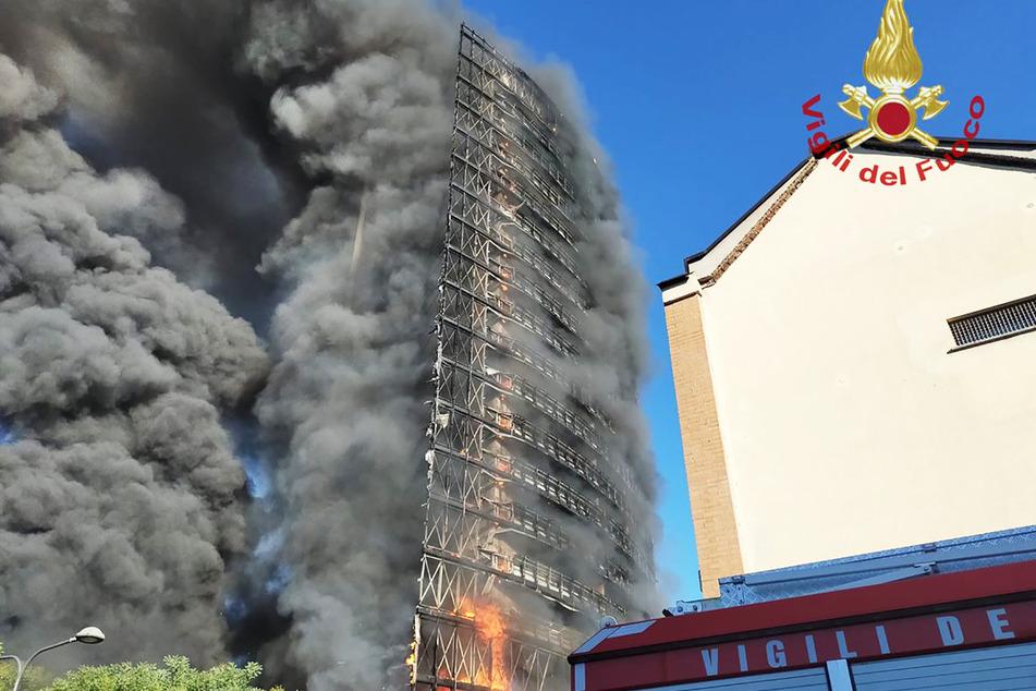 Feuer und Rauchschwaden: Das Hochhaus in Mailand brannte lichterloh.