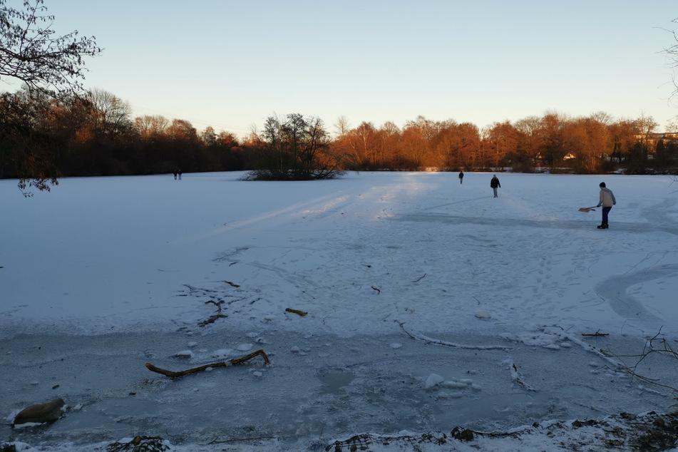Am Freitag hatten die ersten Schlittschuhläufer angefangen, das Eis vom Schnee zu befreien.