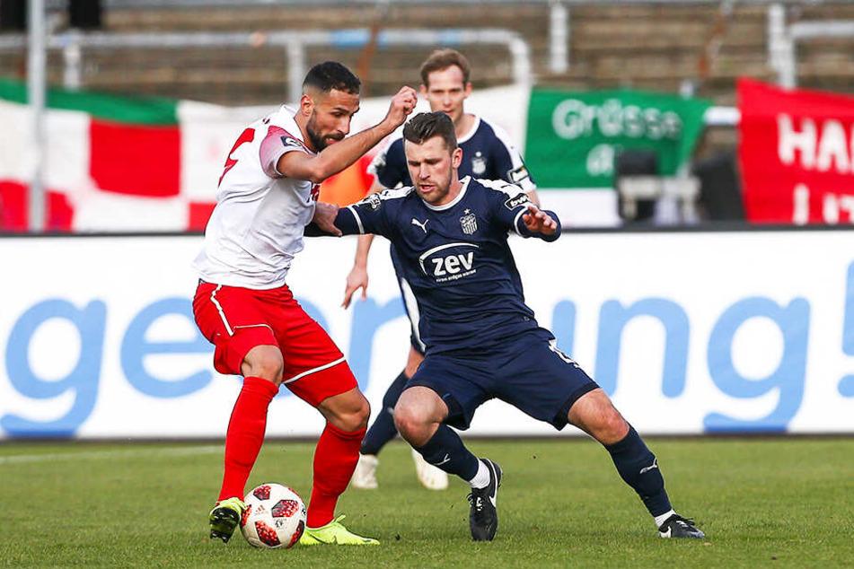 """""""Von allem zu wenig!"""" Nils Miatke (r., gegen Benjamin Pintol) sprach nach der Pleite bei Fortuna Köln Klartext."""
