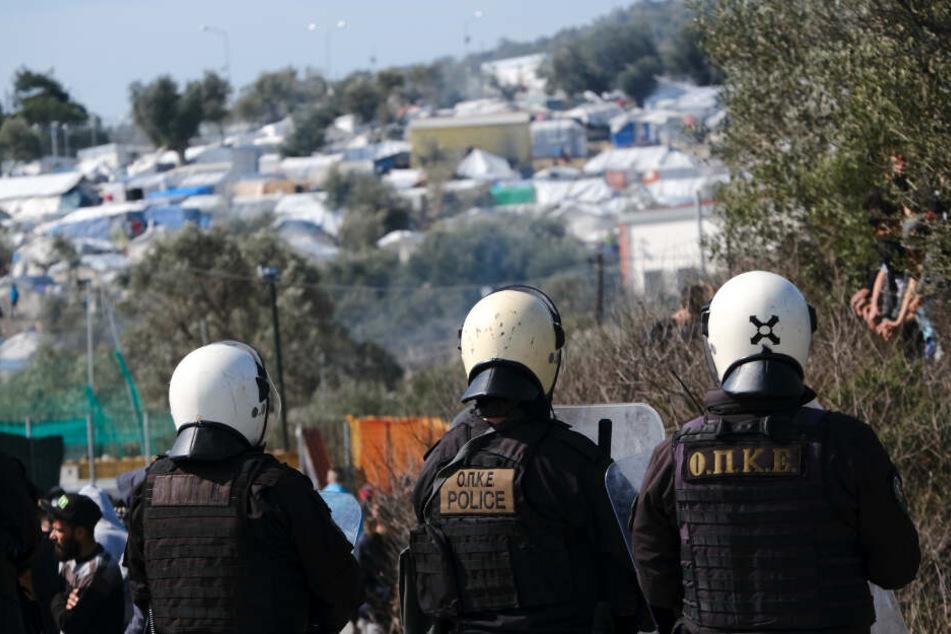 """Griechische Polizisten patrouillieren während Zusammenstößen in der Nähe des Flüchtlingslagers """"Moria"""" auf der Insel Lesbos."""