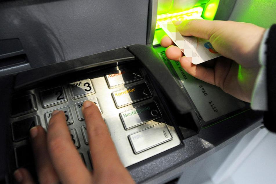 Als er die Karte zog, öffnete sich der Automat. (Symbolbild)
