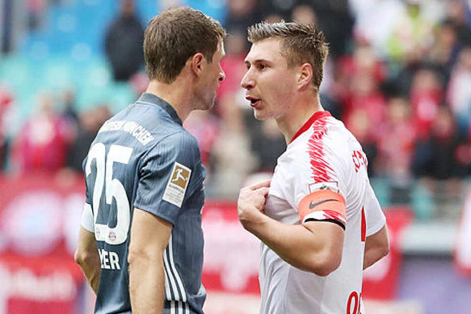 Thomas Müller (l.) und RB-Kapitän Willi Orban hatten nach einem Zweikampf dringenden Gesprächsbedarf.