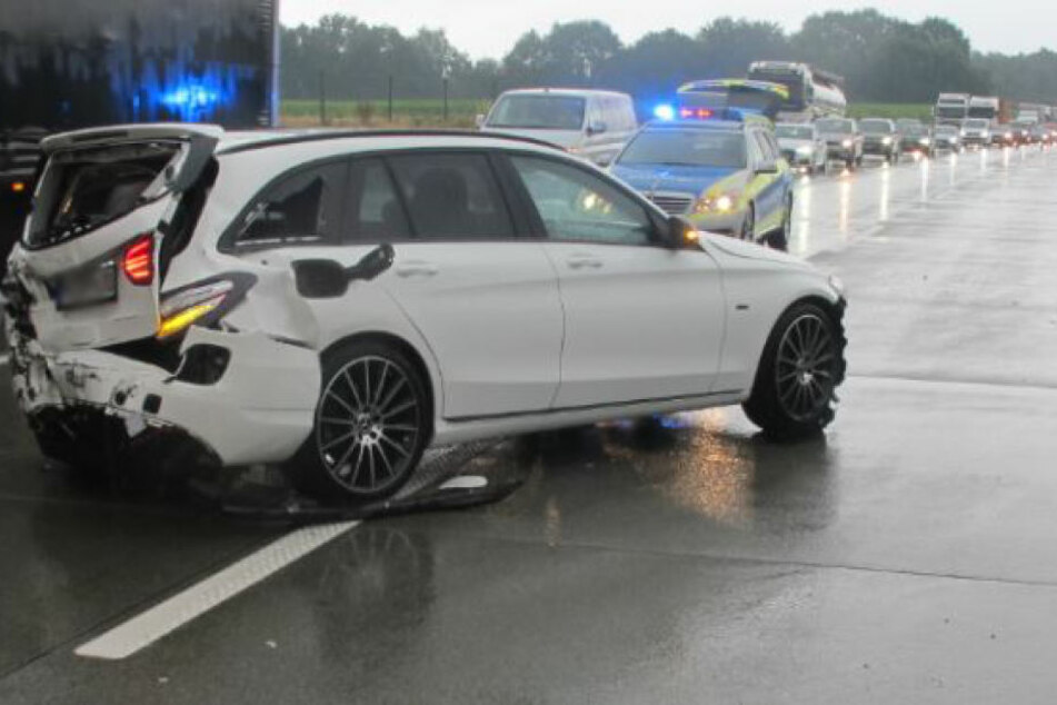 Der Fahrer wurde bei dem Unfall leicht verletzt.