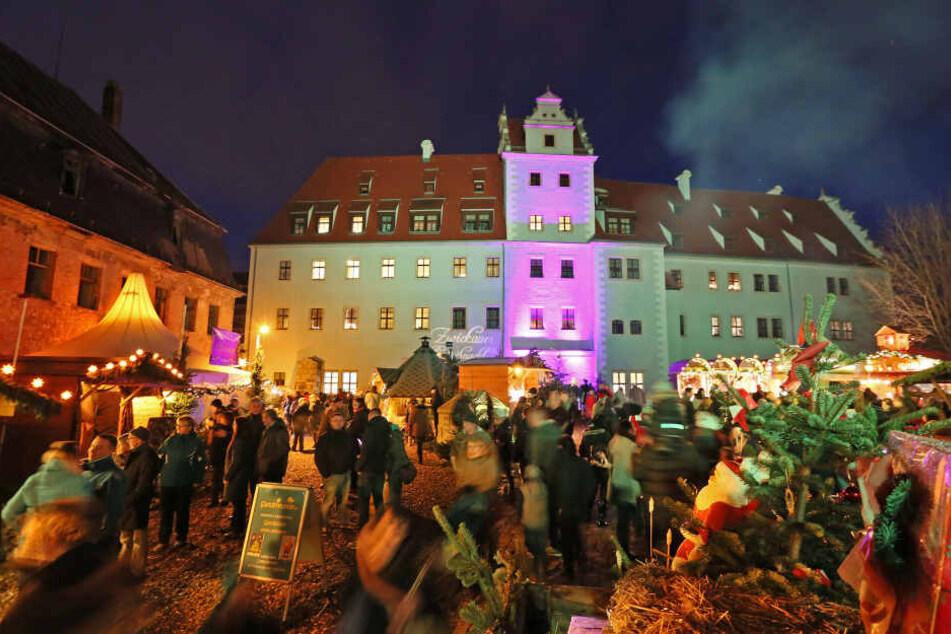 Der beliebte Weihnachtsmarkt im Zwickauer Schloss Osterstein hat in diesem Jahr erstmals auch am 23. Dezember geöffnet.
