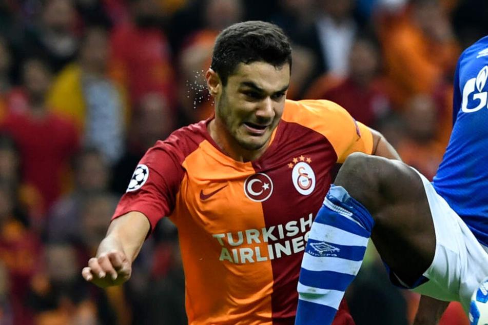 Bei einem Spiel des Galatasaray Istanbul gegen den FC Schalke kämpft Ozan Kabak um den Ball.