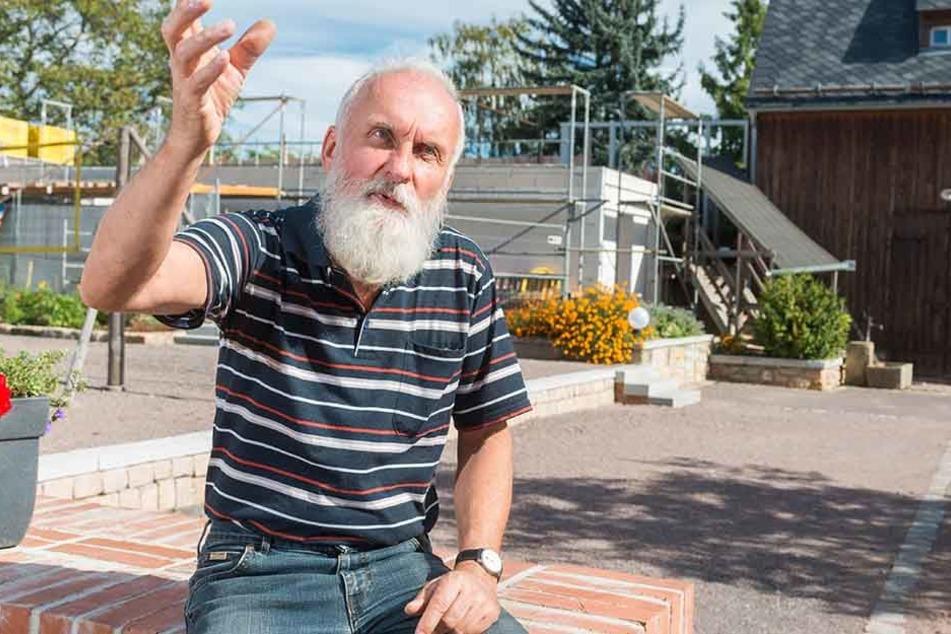 Architekt Klaus Schumann (64). Im Hintergrund der geplante Anbau.