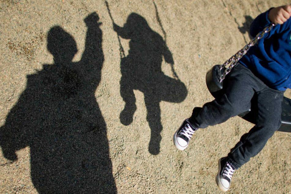 Gemeinsam mit seinem Vater war der Jungen auf dem Spielplatz unterwegs gewesen. (Symbolbild)