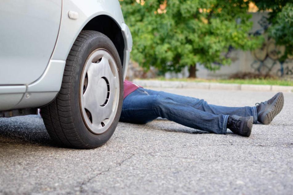 Der Mann wurde von dem Auto erfasst und schwer verletzt. (Symbolbild)