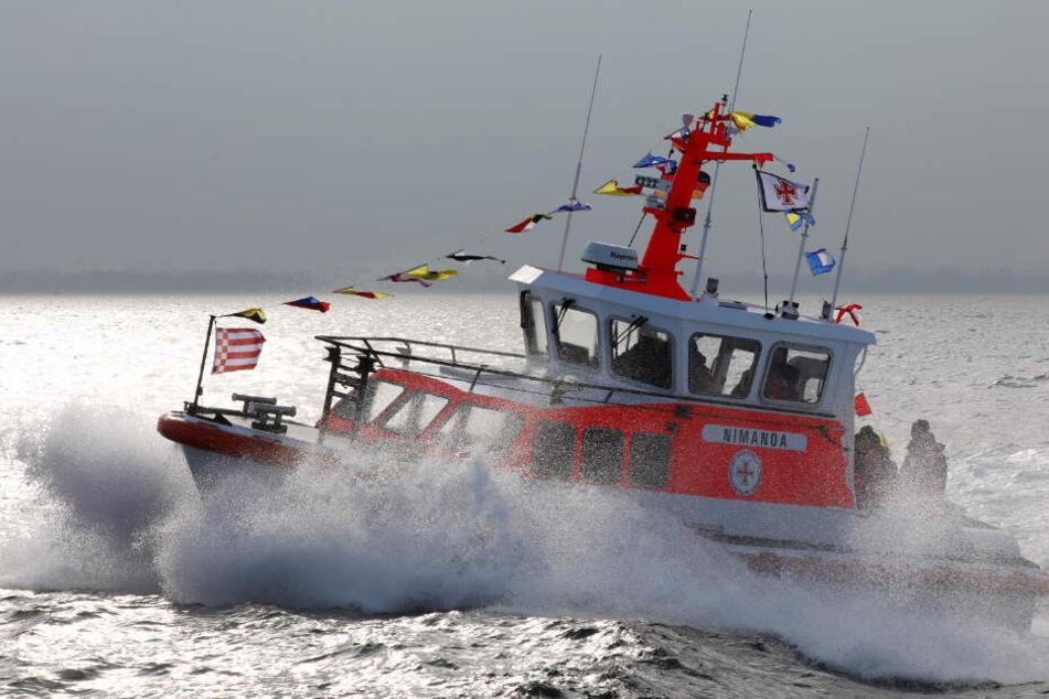 Ein Seenotrettungsboot ist auf der Ostsee im Einsatz.
