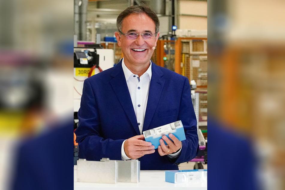 Ein weiteres Stück Zukunft: BMW-Werksleiter Hans-Peter Kemser (55) zeigt eines der Batteriemodule, die ab 2021 in Leipzig in Serie produziert werden.