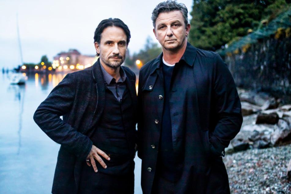 """Widersacher oder Freunde? Oliver Mommsen (52, l.) und Hans Sigl (51) derzeit bei Dreharbeiten für """"Der Feind meines Feindes"""" in Oberitalien."""