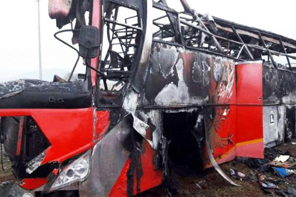 Der Reisebus geriet beim Frontalzusammenstoß mit einem Lastwagen in Brand.