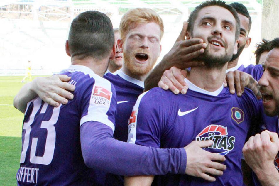 Lass dich umarmen: Dimitrij Nazarov wird von Christian Tiffert, Fabian Kalig, Cebio Soukou (verdeckt) und Calogero Rizzuto gefeiert.