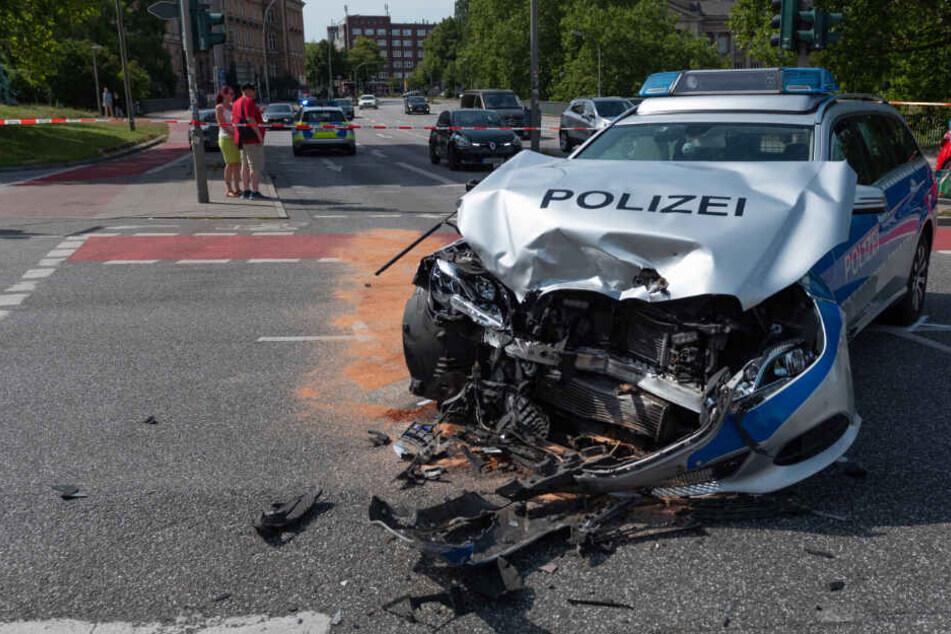 Crash mit Polizeiauto! Vier Menschen verletzt