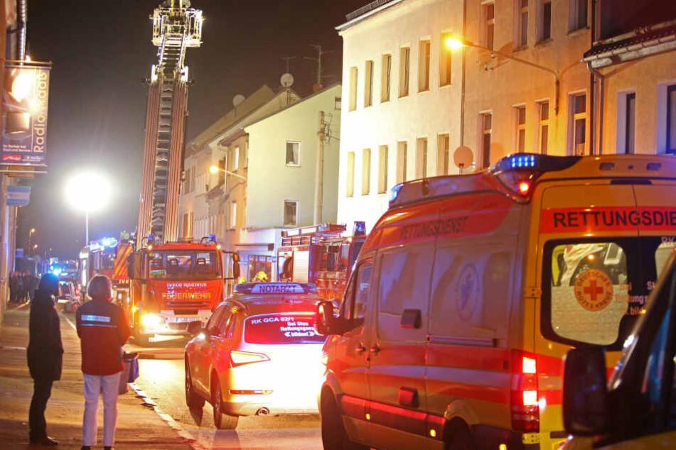 Bei einem Brand in einem Mehrfamilienhaus in Glauchau am Samstagabend ist eine 28-Jährige verletzt worden.