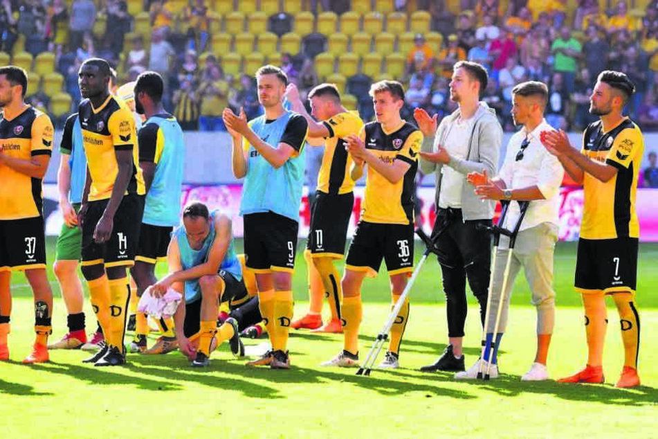 Etwas verhalten war die Stimmung nach Abpfiff, die Spieler bedankten sich bei den Fans, die natürlich angesichts der Niederlage nicht feierten.