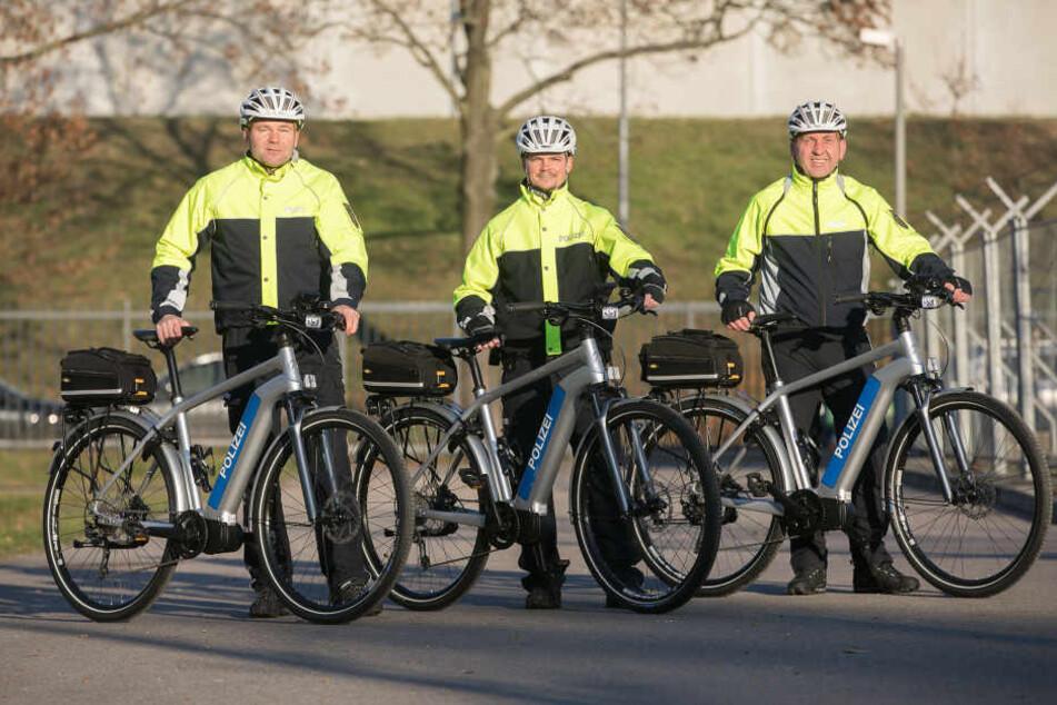 Polizeihauptkommissar Uwe Jänichen (46, v.l.), Polizeimeister Tony Jäger (31) und Polizeihauptmeister Holger Schmiedl (48) sind ab sofort auch mit E-Bikes unterwegs.