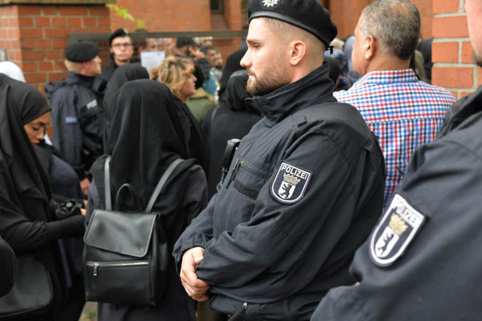 Die Polizei sichert das Areal bei der Beerdigung von Nidal R..
