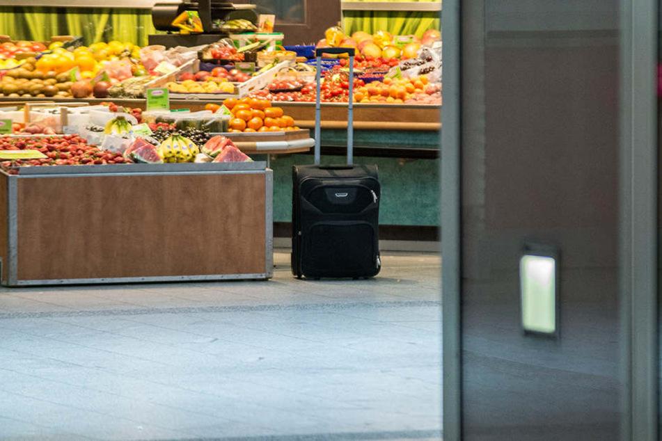 Ein herrenloser Koffer steht vor einem Obststand im Hauptbahnhof Erfurt.