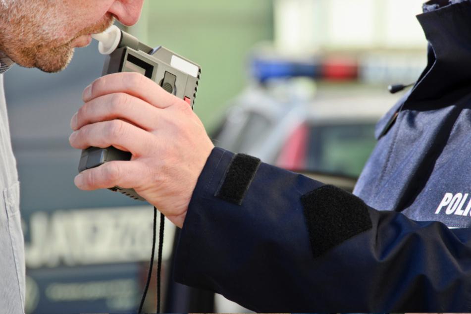 Die Polizei kontrollierte am Sonntagabend einen Mann (35), nachdem er einer Streife die Vorfahrt genommen hatte. Der 35-Jährige war sturzbesoffen (Symbolbild).