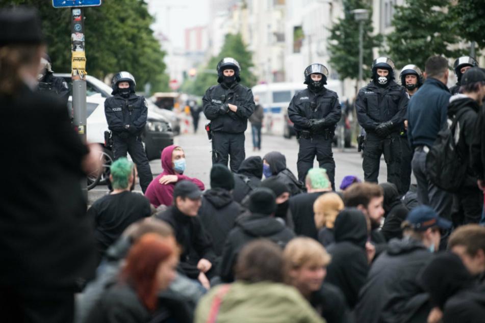 Nach Razzia in der Rigaer Straße 94: Wieder Polizei vor Ort