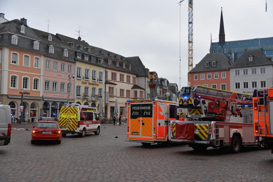 Die Rettungskräfte sind weiterhin im Einsatz, es soll viele Schwerverletzte geben.