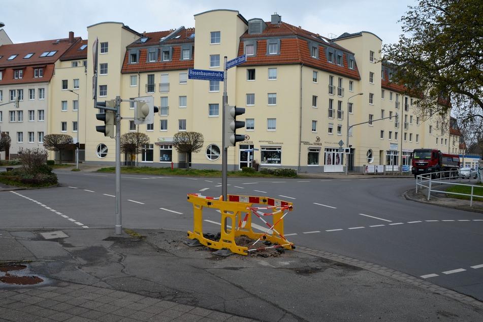 Ein betrunkener BMW-Fahrer (58) ist am Sonntag in Leipzig gegen eine Laterne gekracht. Der Mast wurde mittlerweile repariert.
