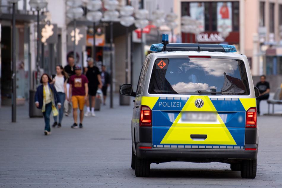 Auto rast auf Gruppe zu: Sprung zur Seite rettet sie vor Schlimmerem