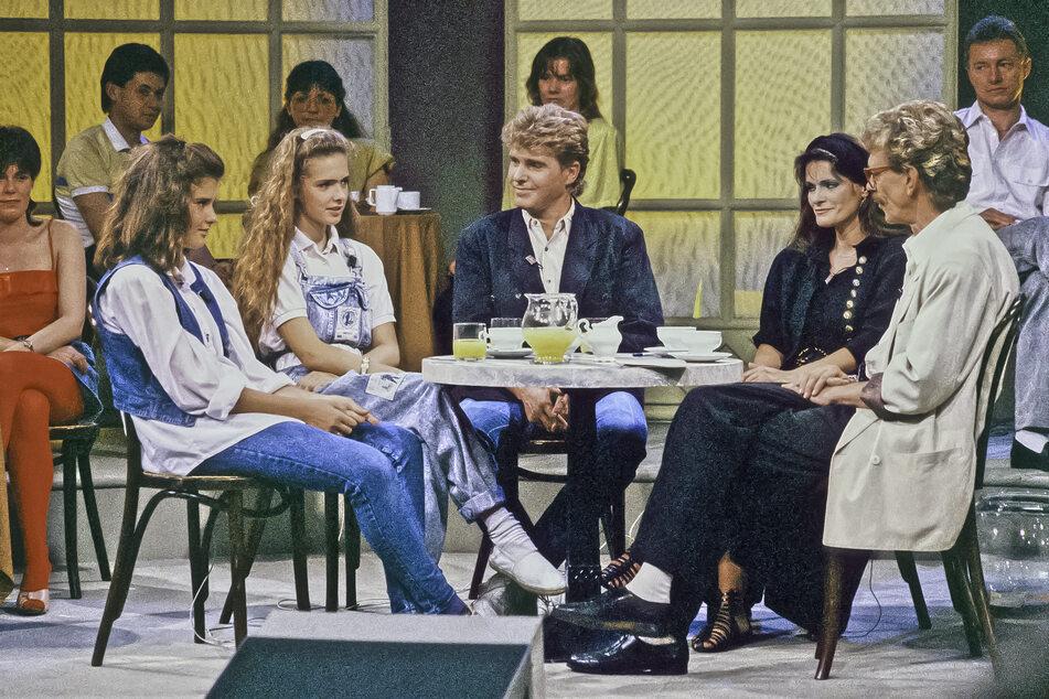 """War als """"Promiversteher"""" bekannt: Juergen Schulz im Gespräch mit seinen Gästen Frank Schöbel und Aurora Lacasa mit den Töchtern Odette (l.) und Dominique. Die Sendung wurde im September 1991 ausgestrahlt."""