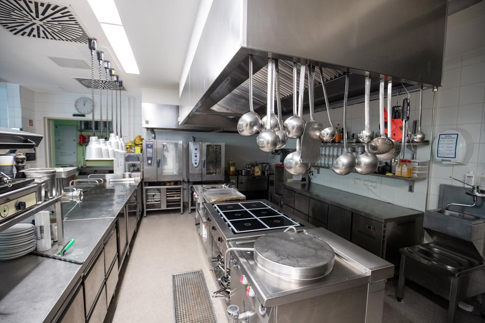 Die Küche eines Hotels, das den Betrieb wegen des Coronavirus auf ein Minimum reduziert hat, ist leer.