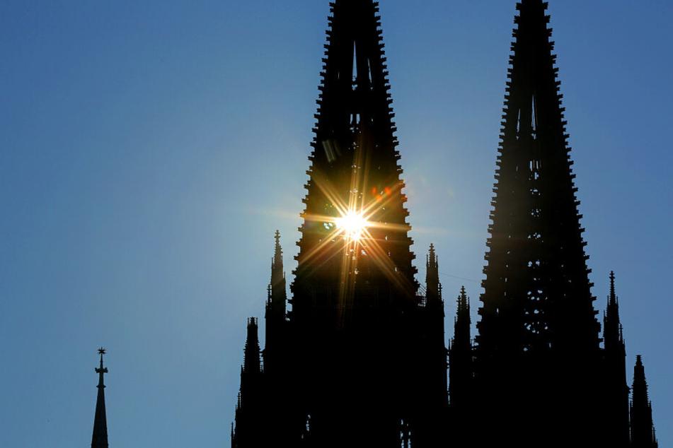 Am Freitag wird es wie in Köln noch in den meisten Städten in NRW sehr heiß. Nur in der Eifel können erste Gewitter auftreten.