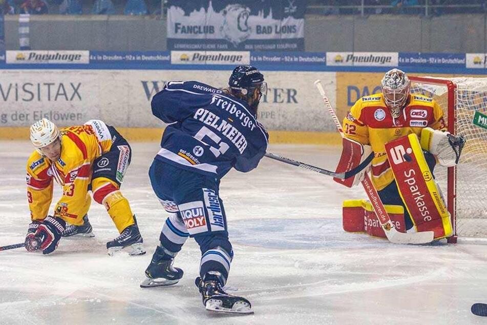 Im Gegensatz zum Heimspiel gegen Kaufbeuren traf Thomas Pielmeier (M.) diesmal und brachte seine Eislöwen auf die Siegerstraße.