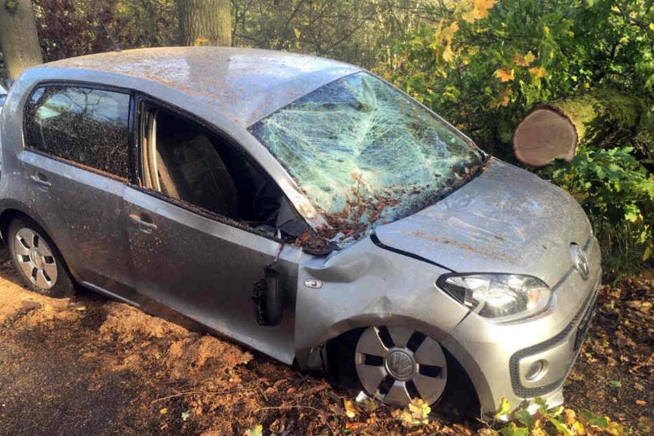 Ein VW Up wurde in Weimar von einem dicken Ast getroffen.